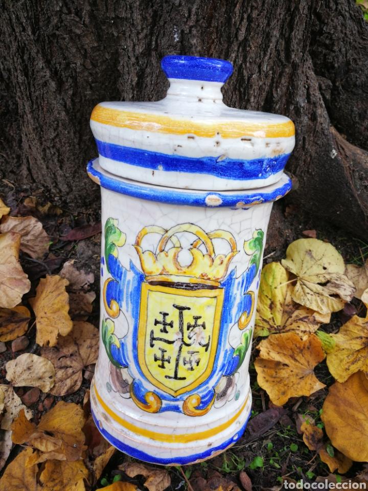 ANTIGUO ALBARELO FRASCO DE FARMACIA CERÁMICA ESMALTADA, ESCUDO HERÁLDICO. 25X12'5CM. (Antigüedades - Porcelanas y Cerámicas - Otras)