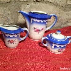 Antigüedades: ANTIGUO JUEGO DE CAFÉ / VAJILLA COMPUESTO POR CAFETERA, AZUCARERA Y LECHERA PORCELANA BLANCA AÑOS 40. Lote 224845201