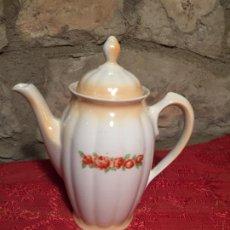 Antigüedades: ANTIGUA CAFETERA DE PORCELANA BLANCA ANARANJADA CON DIBUJO FLORAL MARCA SANTA CLARA AÑOS 30-40. Lote 224845817