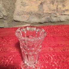 Antigüedades: ANTIGUO PEQUEÑO JARRÓN / FLORERO DE CRISTAL PRENSADOAÑOS 50-60. Lote 224868422
