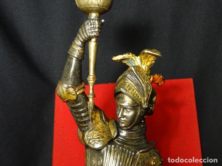 Antigüedades: 38 cmts.-Candelero figura caballero con armadura, policromia. S. XIX.Guerrero.escultura.candelabro - Foto 3 - 224954375