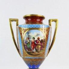 Antigüedades: JARRÓN CON ESCENAS PINTADAS A MANO Y ORO. FRANCE CA 1850. A PORCELAIN HAND PAINTED VASE WITH GILT. Lote 224975595