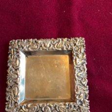 Antigüedades: EXTRAORDINARIA BANDEJA DE PLATA DE LEY, LABRADA, CON CONTRASTE. 44 GRAMOS. 10,5X10,5 CM. Lote 224998978