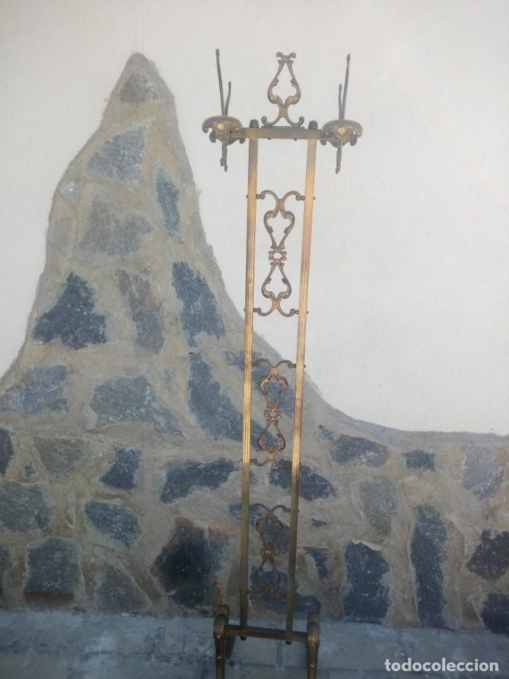 ANTIGUO PERCHERO DE PIE Y BRAZOS BRONCE Y LATÓN. (Antigüedades - Muebles Antiguos - Auxiliares Antiguos)