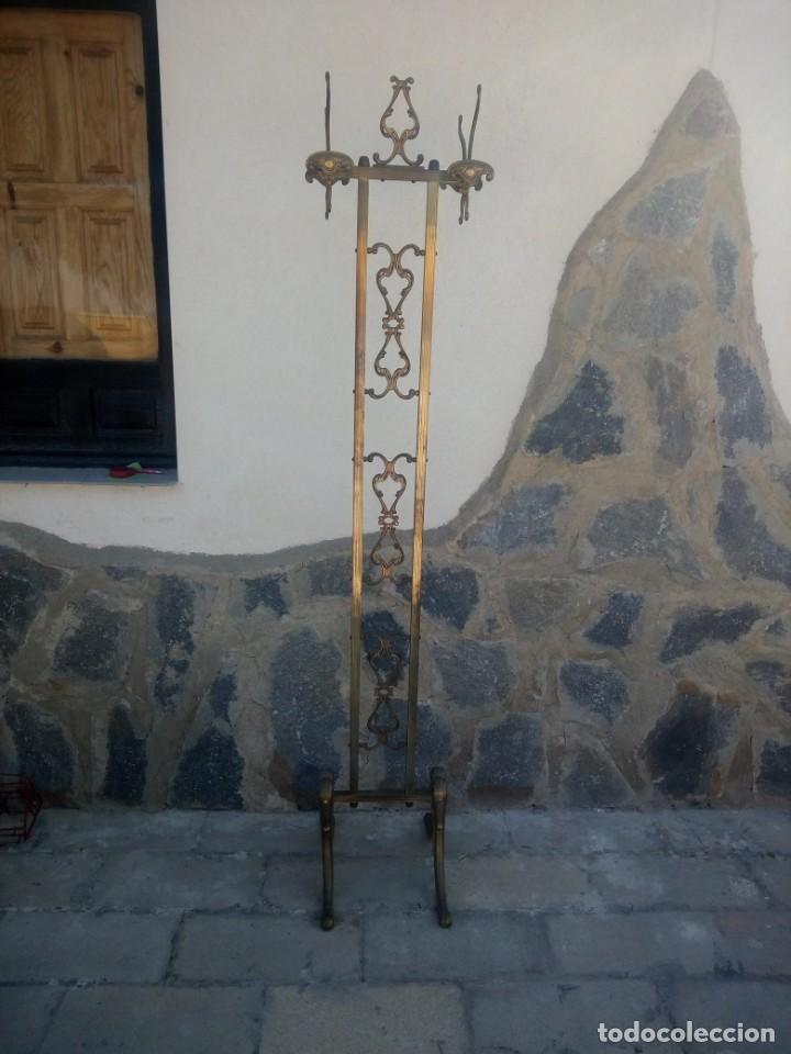 Antigüedades: Antiguo perchero de pie y brazos bronce y latón. - Foto 2 - 225065525