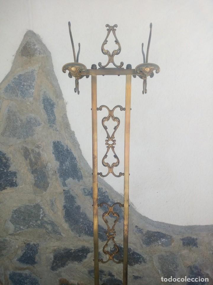 Antigüedades: Antiguo perchero de pie y brazos bronce y latón. - Foto 3 - 225065525