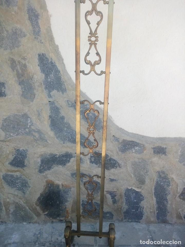 Antigüedades: Antiguo perchero de pie y brazos bronce y latón. - Foto 4 - 225065525