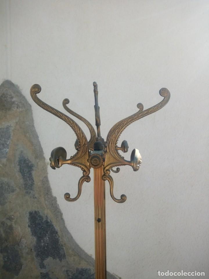 Antigüedades: Antiguo perchero de pie y brazos bronce y latón. - Foto 6 - 225065525
