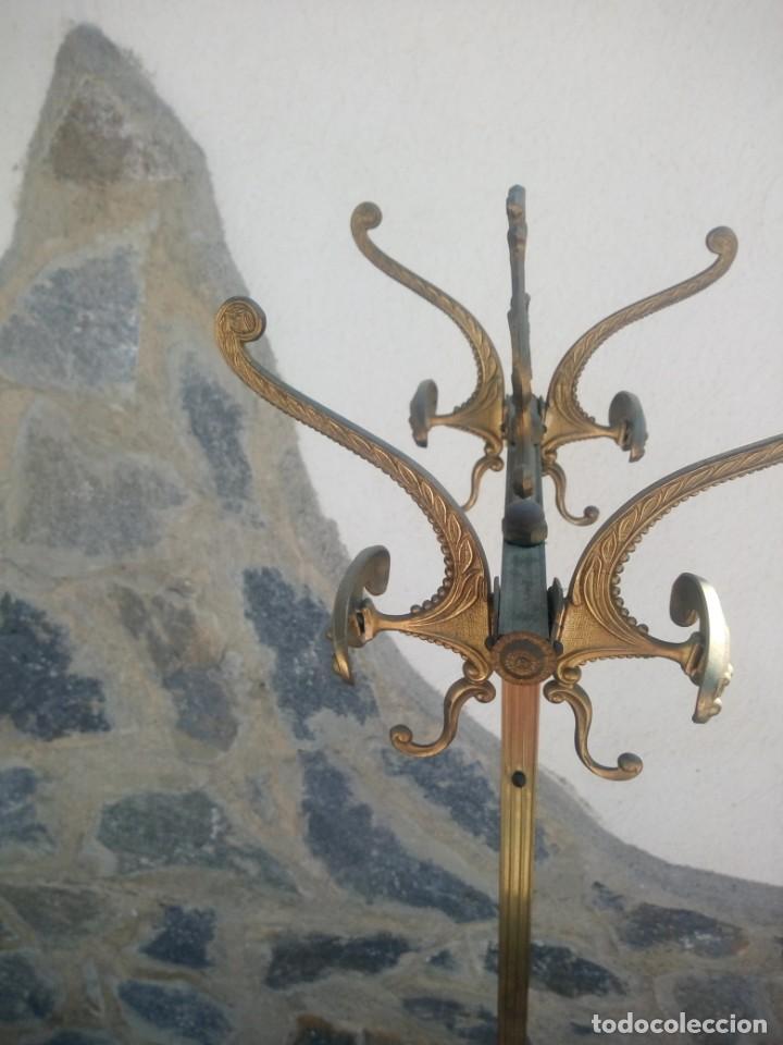 Antigüedades: Antiguo perchero de pie y brazos bronce y latón. - Foto 7 - 225065525