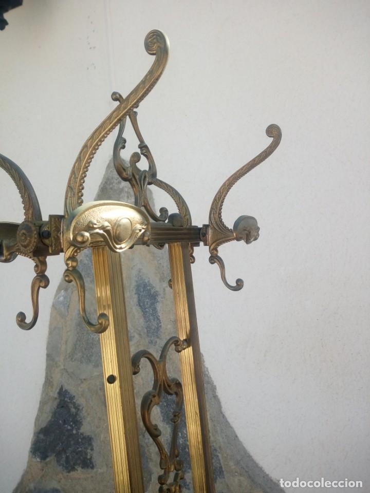 Antigüedades: Antiguo perchero de pie y brazos bronce y latón. - Foto 8 - 225065525