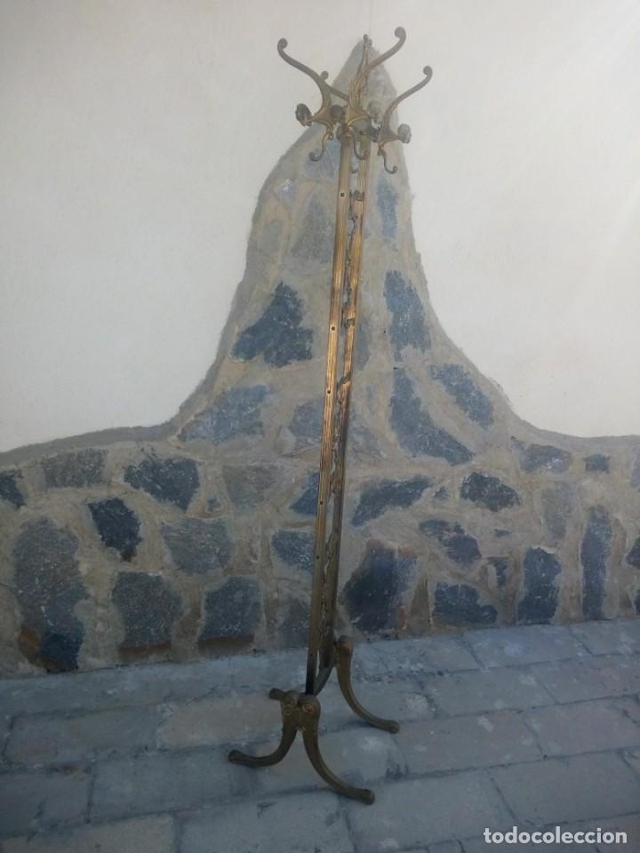 Antigüedades: Antiguo perchero de pie y brazos bronce y latón. - Foto 11 - 225065525