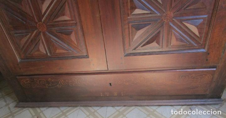 Antigüedades: Antiguo Armario Catalán - Madera Nogal - Marquetería - Altura 215 cm - Data 1731 - Foto 3 - 225326692