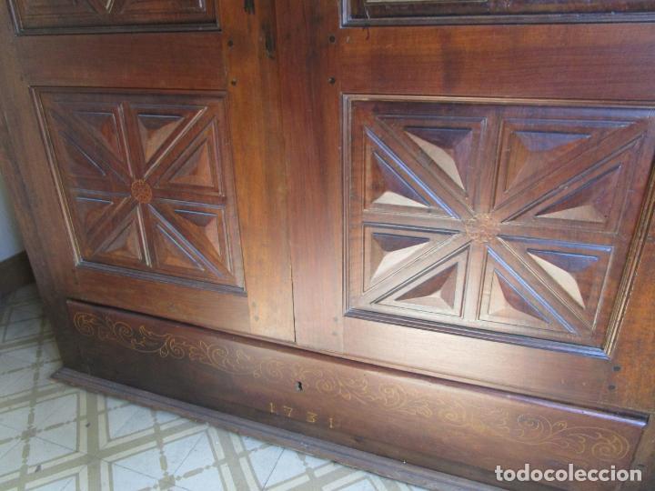 Antigüedades: Antiguo Armario Catalán - Madera Nogal - Marquetería - Altura 215 cm - Data 1731 - Foto 9 - 225326692