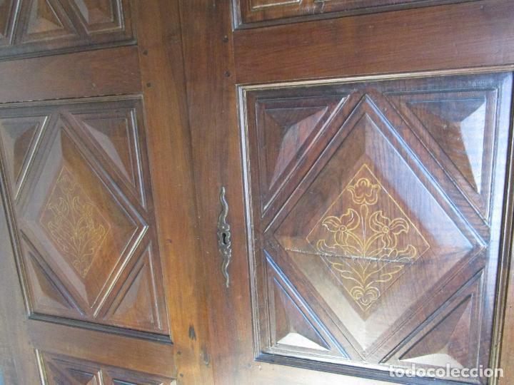 Antigüedades: Antiguo Armario Catalán - Madera Nogal - Marquetería - Altura 215 cm - Data 1731 - Foto 11 - 225326692