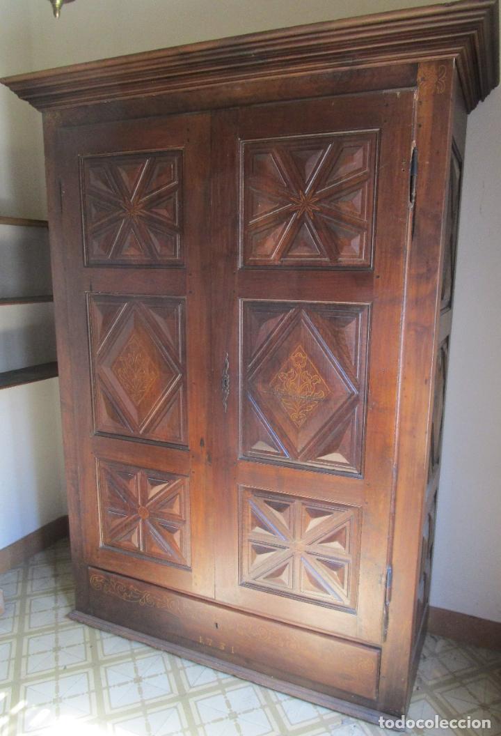 ANTIGUO ARMARIO CATALÁN - MADERA NOGAL - MARQUETERÍA - ALTURA 215 CM - DATA 1731 (Antigüedades - Muebles Antiguos - Armarios Antiguos)