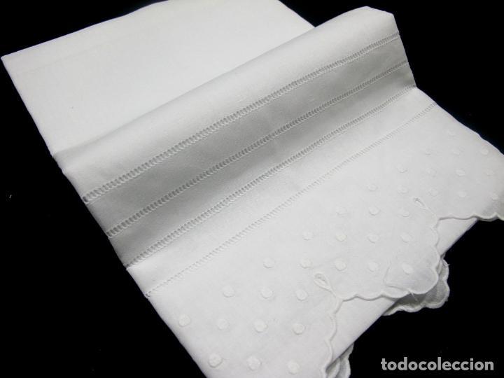 Antigüedades: Juego toallas hilo bordado bodoques y 4 vainicas, estilo antiquo. Blanco 2 piezas.Nuevas - Foto 7 - 225333155