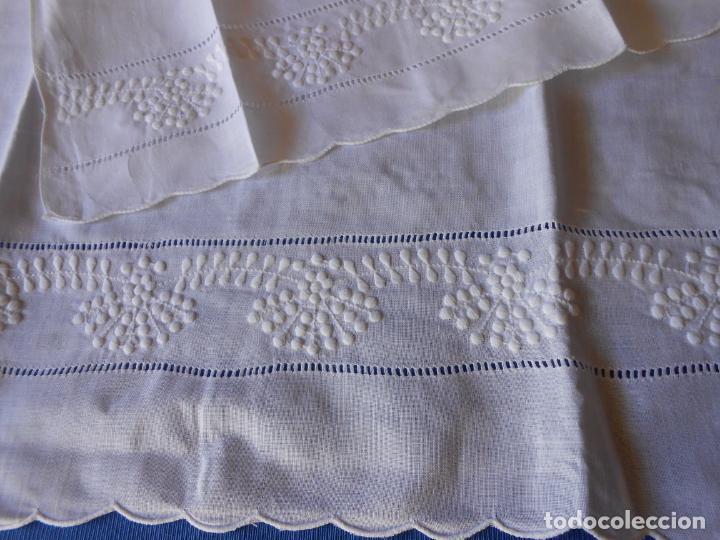 Antigüedades: Juego toallas hilo bordado dibujo guirnaldas, estilo antiquo. Blanco 2 piezas. - Foto 8 - 225338245