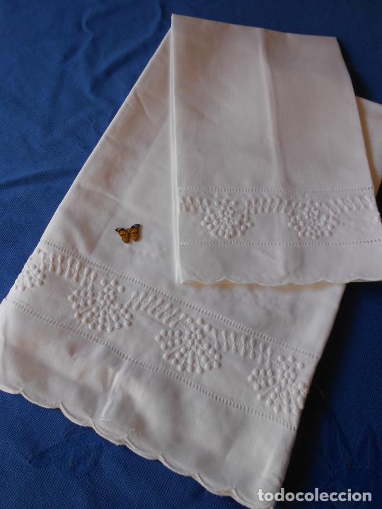 Antigüedades: Juego toallas hilo bordado dibujo guirnaldas, estilo antiquo. Blanco 2 piezas. - Foto 10 - 225338245