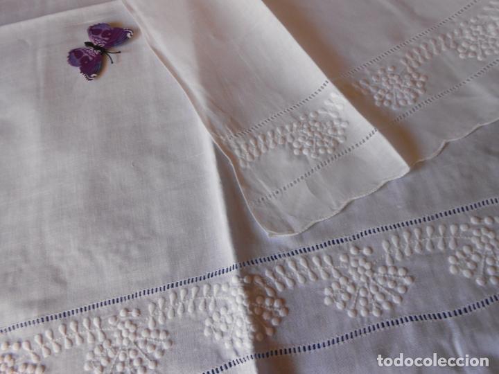 Antigüedades: Juego toallas hilo bordado dibujo guirnaldas, estilo antiquo. Blanco 2 piezas. - Foto 12 - 225338245