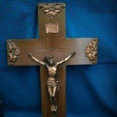 Antigüedades: CRUCIFIJO DE MADERA Y CRISTO EN COBRE. Lote 225377941