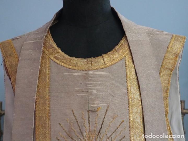 Antigüedades: Casulla acompañada de estola, confeccionadas en tisú de plata y bordados en oro. Hacia 1900. - Foto 2 - 225391355