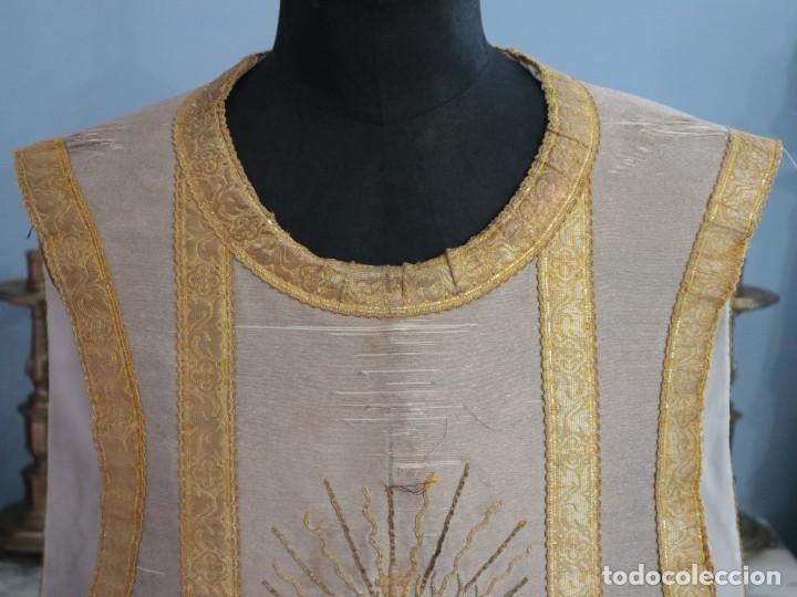 Antigüedades: Casulla acompañada de estola, confeccionadas en tisú de plata y bordados en oro. Hacia 1900. - Foto 4 - 225391355
