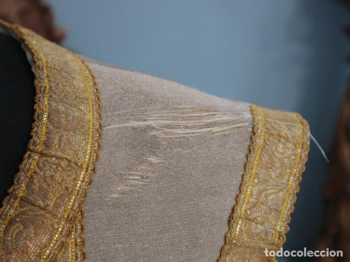 Antigüedades: Casulla acompañada de estola, confeccionadas en tisú de plata y bordados en oro. Hacia 1900. - Foto 6 - 225391355