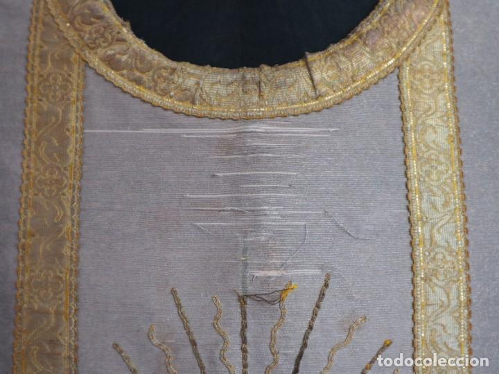 Antigüedades: Casulla acompañada de estola, confeccionadas en tisú de plata y bordados en oro. Hacia 1900. - Foto 7 - 225391355