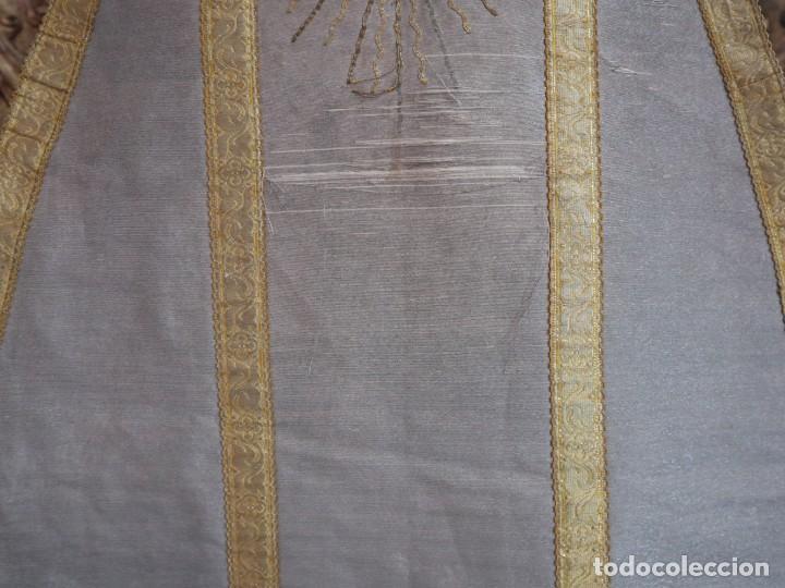 Antigüedades: Casulla acompañada de estola, confeccionadas en tisú de plata y bordados en oro. Hacia 1900. - Foto 10 - 225391355