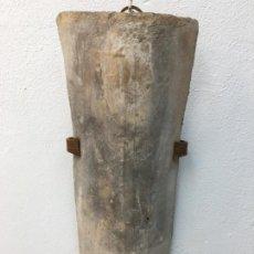 Antigüedades: APLIQUE DE PARED FABRICADO CON UNA VIEJA TEJA Y HIERRO FORJADO - REF 03. Lote 225464793