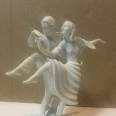 Antigüedades: ANTIGUA PORCELANA ART-DECO SELB. BAVARIA L.H.S. PAREJA DE BAILARINES MARCA EN LA BASE. Lote 225485490
