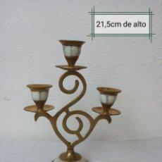 Antigüedades: ELEGANTE PORTA VELAS DE LATON CON DETALLES EN NACAR. Lote 225486750
