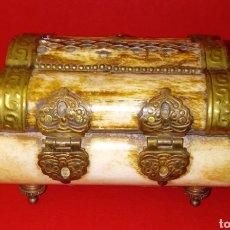 Antigüedades: CAJA DE CUERNO O HUESO - DECORADA EN LATON - PATAS DE BRONCE - JOYERO. Lote 225570095
