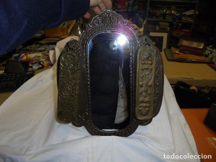 Antigüedades: ESPEJO DE LATON REPUJADO CON DOS CEPILLOS - Foto 6 - 225571905