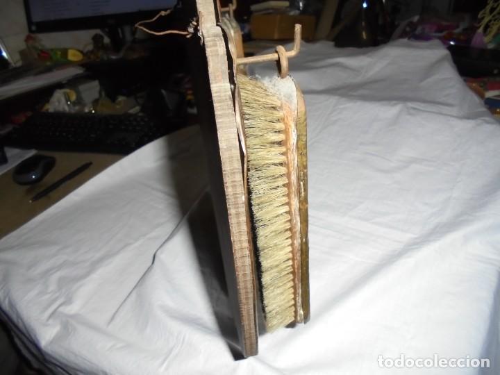 Antigüedades: ESPEJO DE LATON REPUJADO CON DOS CEPILLOS - Foto 8 - 225571905
