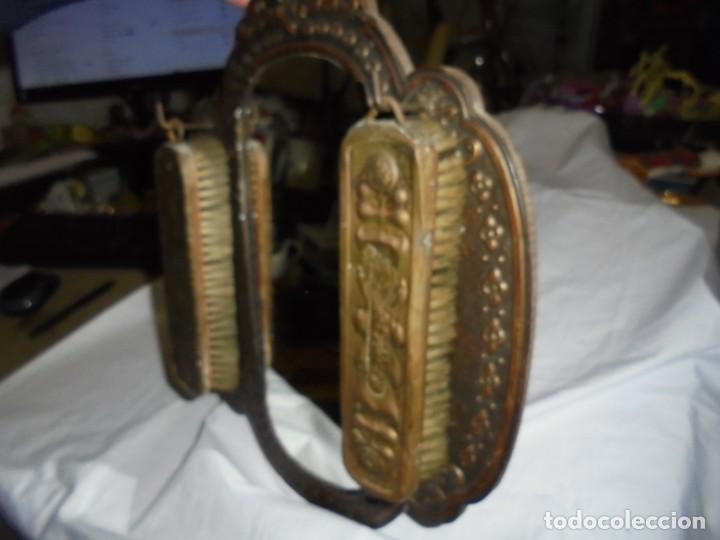 Antigüedades: ESPEJO DE LATON REPUJADO CON DOS CEPILLOS - Foto 9 - 225571905