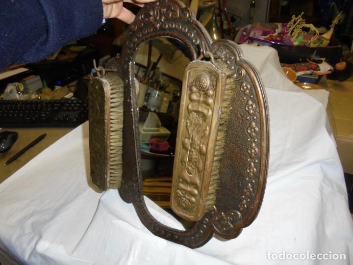 Antigüedades: ESPEJO DE LATON REPUJADO CON DOS CEPILLOS - Foto 10 - 225571905