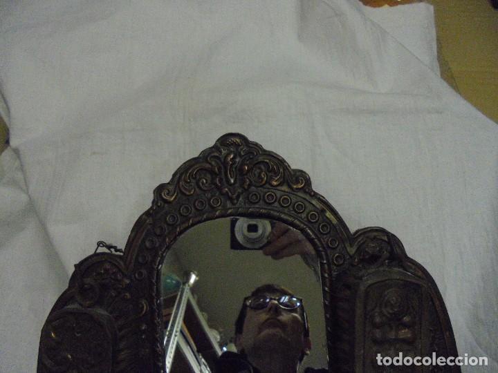 Antigüedades: ESPEJO DE LATON REPUJADO CON DOS CEPILLOS - Foto 12 - 225571905