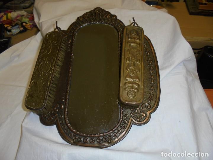 Antigüedades: ESPEJO DE LATON REPUJADO CON DOS CEPILLOS - Foto 14 - 225571905