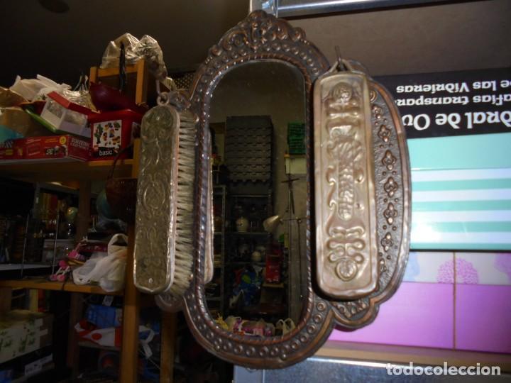 Antigüedades: ESPEJO DE LATON REPUJADO CON DOS CEPILLOS - Foto 18 - 225571905