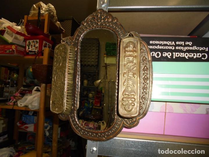 Antigüedades: ESPEJO DE LATON REPUJADO CON DOS CEPILLOS - Foto 19 - 225571905