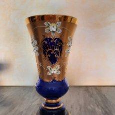 Antigüedades: IMPRESIONANTE JARRÓN CRISTAL AZÚL BOHEMIA CON ORO Y RELIEVES. Lote 225582655