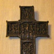 Antigüedades: ANTIGUA CRUZ DE BRONCE LABRADA CON ESCENAS DE LA VIDA DE JESÚS. Lote 225598885