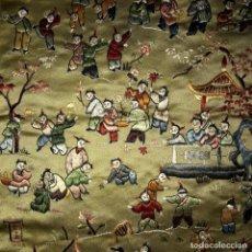 Antigüedades: TAPIZ CHINO DE SEDA-ESCENAS COSTUMBRISTAS. MUSICOS COMETAS ESPADAS JUEGOS MASCARAS… 1ª MITAD 1900. Lote 225629488