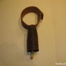 Antigüedades: BONITO CENCERRO CON COLLAR DE MADERA. Lote 225632903