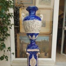 Antigüedades: PRECIOSO JARRÓN CON PIE, PORCELANA ESTILO ITALIANO CAPODIMONTE. Lote 225764810