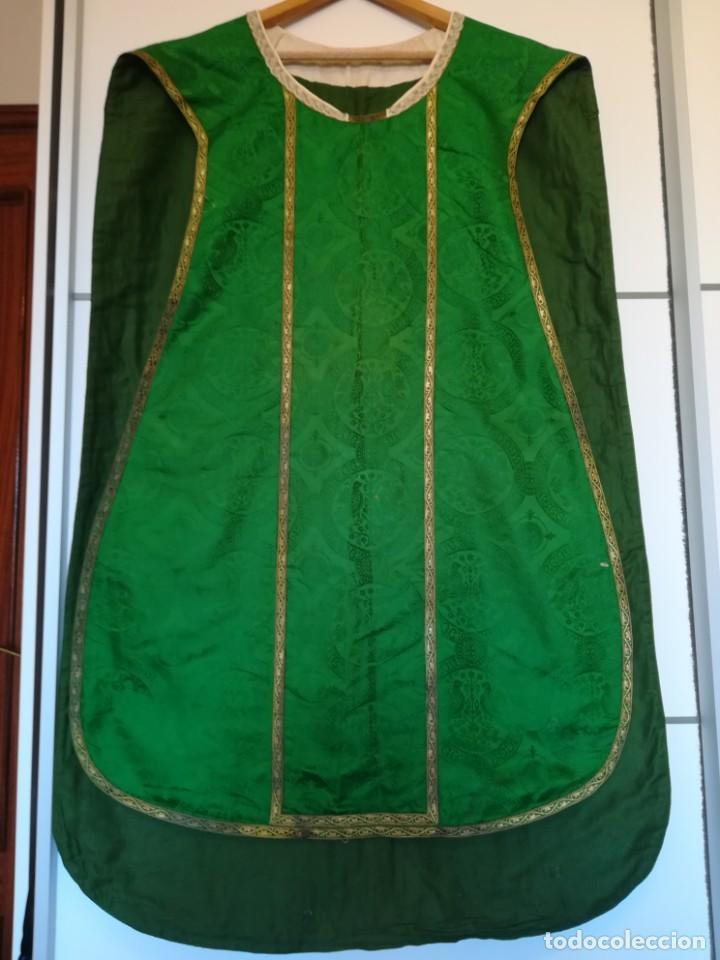 Antigüedades: Casulla damasquinada bordado JHS con etiqueta del fabricante - Foto 2 - 225765535