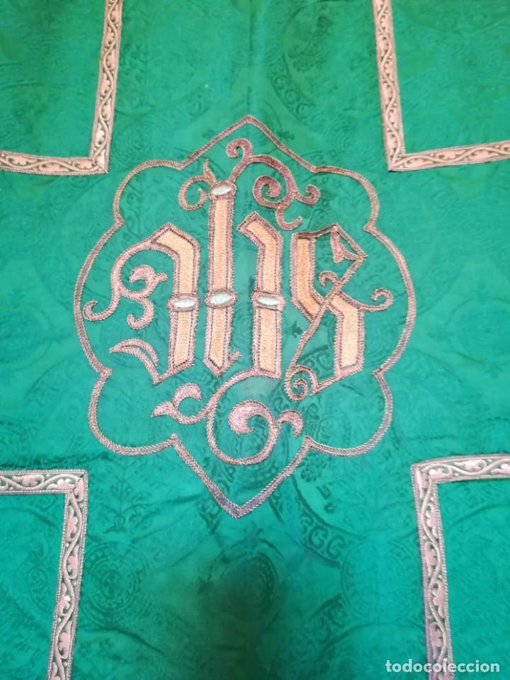 Antigüedades: Casulla damasquinada bordado JHS con etiqueta del fabricante - Foto 8 - 225765535