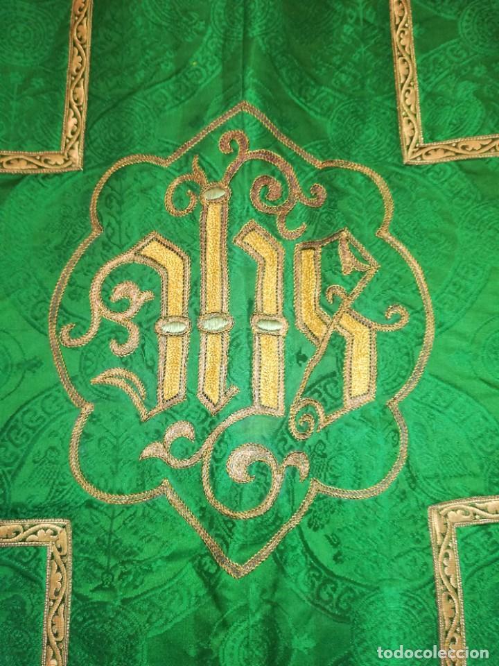Antigüedades: Casulla damasquinada bordado JHS con etiqueta del fabricante - Foto 9 - 225765535