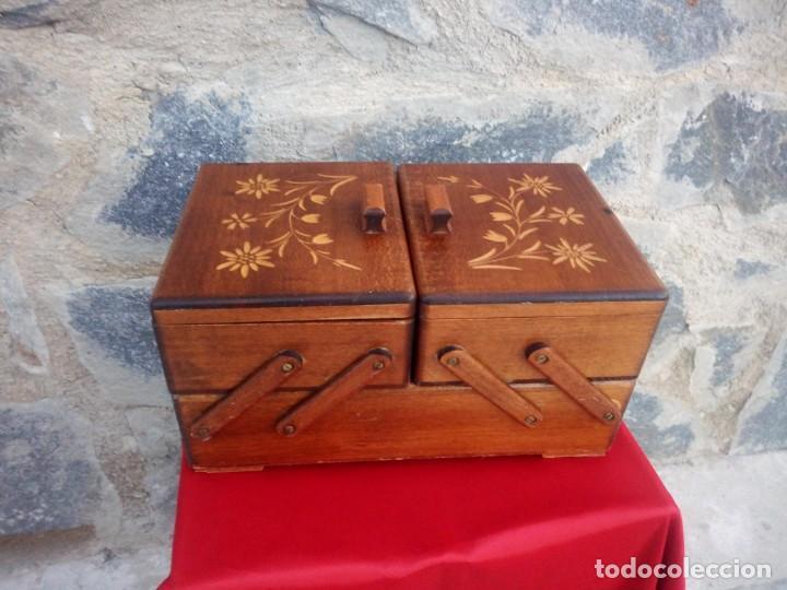 Antigüedades: Antiguo costurero de sobremesa de roble macizo,con varios departamentos,dibujos tallados - Foto 2 - 225855290
